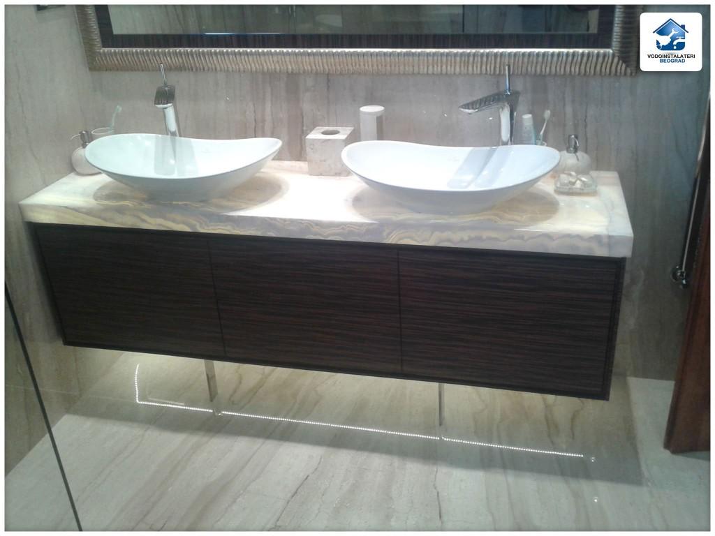 Završena adaptacija luksuznog kupatila - Deo ispod lavaboa svetli pri dodiru kapljica vode u lavabou. Izuzetan primer luksuznog kupatila.