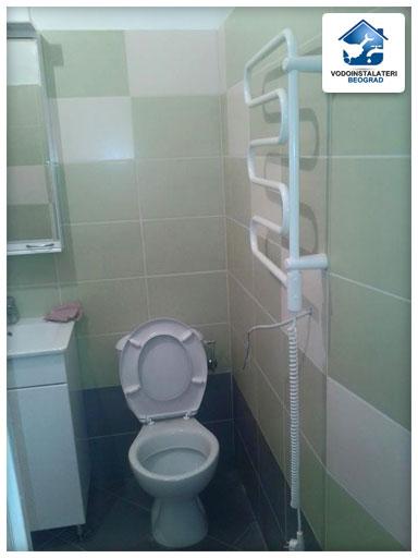Završetak još jedne adaptacije kupatila u Beogradu - ugradnja wc školjke sa vodokotlićem i ugradnja sušača - Vodoinstalater Beograd