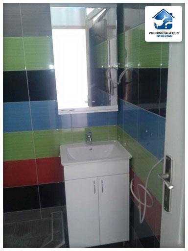 Adaptacija kupatila Beograd - Vodoinstalateri Beograd - ugradnja lavaboa sa ogledalom i baterijom.