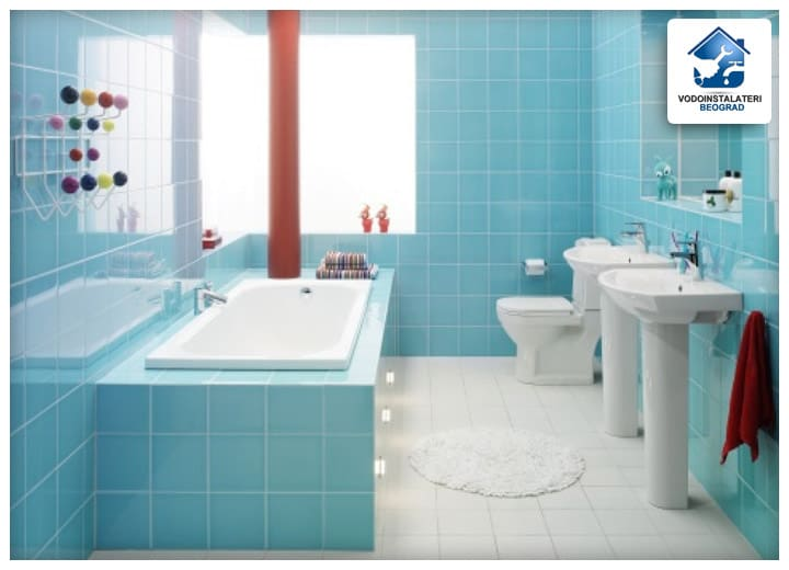 zanimljiv primer plavo bele varijante pločica u kupatilu