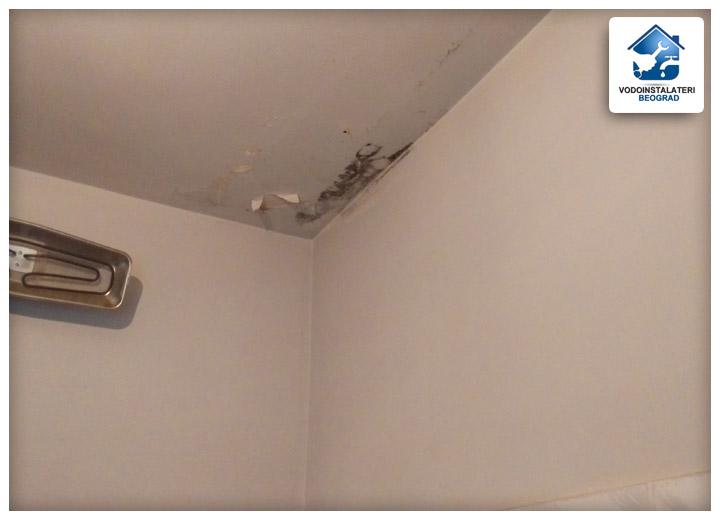 Probija voda u kupatilu od komšije iznad oštećenjeplafona